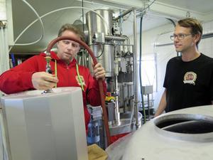 Per Jäderberg och Patric Eldebrandt tappar öl i 30-liters fat med hjälp av ägarna till Jädraås bryggeri.