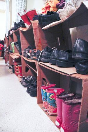 Skor och kläder i långa banor.