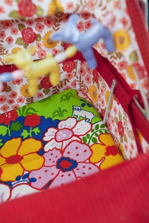 Vem har sagt att en barnsäng måste vara en stillsam plats? Hemma hos Sara Axtelius är det färg och form som gäller.