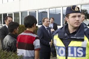 Besök. Statsminister Stefan Löfven (S) vid ett transitboende för flyktingar i Trelleborg.Foto: Drago Prvulovic/TT