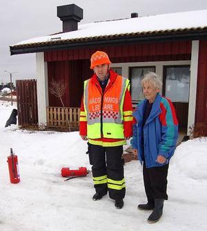 Evakuerade. Brandchefen Håkan Bäcklund pratar med Märta Bergfeldt som hann bo tre timmar tillsammans med maken Gösta innan branden i Kristallen.