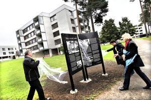 Ulf Gräll, Katarina Mårtensson, båda Gavlegårdarna och Siv Eriksson, boende i området, hjälptes åt att täcka av skyltarna under gårdagens invigning.
