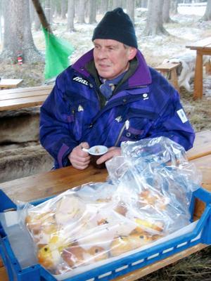 Janne Halvarsson dök upp en dag på skidstadion. Det var många som ville prata med honom. En kaffepaus med lussekatter smakade bra.Foto: Seved Johansson