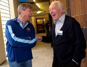 Tidigare VPK-ledaren CH Hermansson skämtar med den tillträdande Vänsterpartiledaren Lars Ohly i samband med invigningen av V-kongressen 2004.