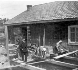 Landsbygdens folkliga kultur förflyttades till det förflutna, in i museernas historiska rum.  Här betraktar folklivsforskaren Franz Rodenstam och slottsarkitekten Agi Lindegren allmogen i Hälsinglands skärgård.