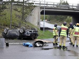 En person har förts till sjukhus efter olyckan där en bil voltade.