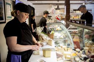 Delägaren Catarina Näsström har 25 års erfarenhet inom matbranchen och driver nu butiken med sonen Fredrik.
