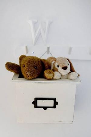 KOMPISAR. I Wilmas rum hänger två små nallar i en vit låda. Nallarna har hängt med sedan bebisåldern och nu får de sitta på en hedersplats på väggen.