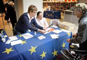 Helena Hansen tog emot Eva Westins röstkort och Maud Fischer prickade av i röstlängden.- Bekvämt och bra, tycker Eva Westin.