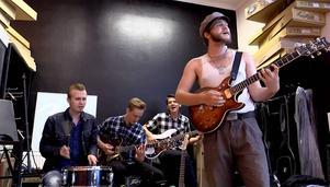 Mattias Lundqvist på trummor, Matti Nalkki på gitarr, Jonas Bergmansson på bas och Samuel Holmgren på gitarr och sång.