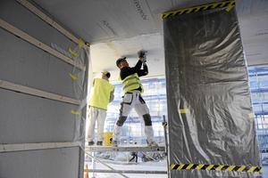 Bygger nytt.  Byggbranschen behöver förnyas och fler kvinnor och nyanlända måste beredas plats om Sverige ska klara att bygga alla bostäder som efterfrågas. Arkivfoto: Anders Wiklund / TT