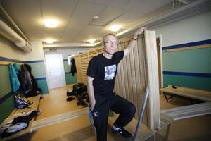 Anders Wimark är idrottslärare och hoppas att idrottssalen och omklädningsrummen för eleverna ska bli större.
