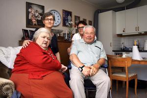Inte nöjda. Elsy Ivarsson och Hannes Dalevi, tillsammans med sina respektive döttrar Anne Alvarsson och Britt-Marie Wallin, är inte nöjda med hur omvårdnaden fungerar på äldreboendet Borgmästargården.