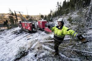 Tomas Abrahamsson är en av dem som håller på att plocka upp borrkärnor ur berggrunden utanför Järkvissle.– Men jag har ingen aning om det blir en gruva. Vi får se, säger han.