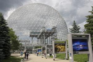 I det jättelika garnnystanet med namnet Biosphére, visas utställningar om klimat, med fokus på vatten.