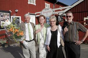 Kommunalråd Stig Eng (C) med frun Ingalill Eng och nya kommunchefen Kerstin Oremark med sin man Bengt Gill. Med sig har de en stor bukett blommor som de ska tacka teatergänget med.
