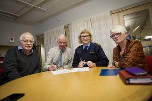 Kommunalråd Lars Molin (M), kommunchef Claes Rydberg, lokalpolisområdeschef Kristina Holgersson och Yvonne Oscarsson (V) diskuterade det nya medborgarlöftet.