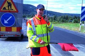 En av orsakerna till att så många vägarbeten pågår under semestertider är att det är då dagarna är som längst och det är möjligt att lägga på ny vägbeläggning.