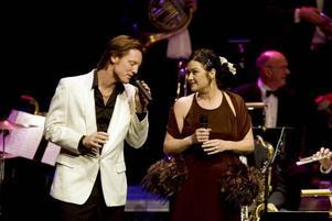 Fredrik och Lisa Swahn verkar ha tänkt mer på scenkläderna än på att repa inför konserten med Sandviken Big Band i konserthuset.