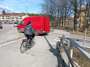 Ta bort en av cykelbanorna vid Skallbergsmotet och låt den andra bli en cykelöverfart där cyklister har företräde framför bilister, föreslår Sven-Gunnar Wallin, tidigare VLT:s trafiksäkerhetsexpert