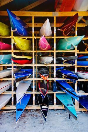 Stort urval. Här finns kanoter och kajaker i olika färger.