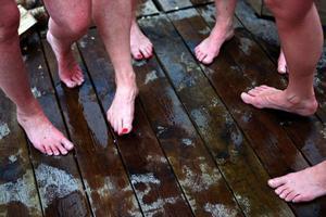 Kylan kring fötterna får naglarna att rodna.