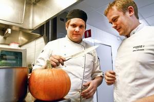 Det var Leif Klövstedts idé att locka kompisen och OS-vinnaren Jens Ericsson till Gävle för ett gästspel. Och pumpan är ingen halloweenprydnad – den ska bli både terrin och creme till lammrätten.