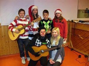 """Musikskolans band """"Persson å co"""" sjöng två härliga musikstycken, """"Mer Jul"""" samt """"Rudolf med röda mulen"""". Foto: Privat"""