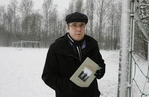 uppsamlingslägret är fotbollsplan i dag. Mitt emot Duro Tapeter i Hagaström, där det i dag finns en fotbollsplan, byggdes i slutet av andra världskriget ett av åtta uppsamlingsläger för sovjetiska soldater som flytt till Sverige från fångenskap hos tyskarna. Mängder av ryssar inkvarterades här i väntan på att skickas till straffläger i Sovjet, de skulle straffas för att de låtit sig tas som krigsfångar. Hans Lundgren har skrivit en bok om ryssläger och utlämningar, och hoppas på mer debatt kring Sveriges hantering av dessa människor.