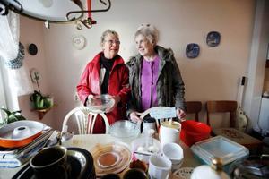 """Birgitta Mårtensson budade till sig glasform för tio kronor. Utöver det fick hon med sig ett par vita plastblommor. """"Jag har haft plastblommor i badrummet ovanför torktumlaren men de skakade sönder. Nu har jag ett par nya."""" Väninnan Deanna Olsson var med och letade fynd."""