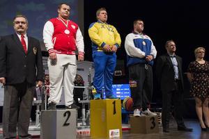 Tung prispall med Calle Nilsson högst upp, flankerad av silvermedaljören Patryk Korczynski från Polen och bronsmedaljören Graham Mellor från Storbritannien.