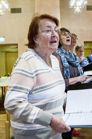 Karin Nässeldal är den äldsta i kören och är 83 pigga år gammal. (Laila Westberg, Irma Wiklander och Vivan Elfström)