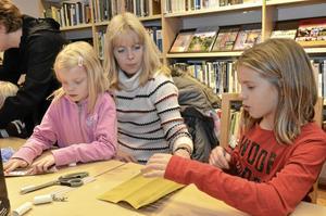 Inne på biblioteket fanns olika aktiviteter att välja på under skyltsöndagen. Linnea Larsson, Camilla Larsson och Moa Bernström hjälptes åt att göra julgranskarameller.