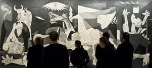 Pablo Picassos målning Guernica och besökare på en utställning i Madrid 2008.