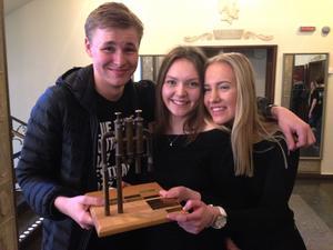 Tre representanter ur Västerås Ungdomsstorband tar emot förstapriset i Stockholm.