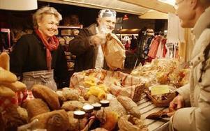 Kristina Kranz och Christer Svensson från Svärdsjö Kulturbageri slog ett slag för surdegsbrödet.-- Folk äter alldeles för mycket vitt bröd, det är snabba kalorier, sade Christer Svensson.FOTO: ANDERS BJÖRKLUND