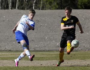 Högerkanon. Alexander Karlsson drar till med högern och sätter dit 2-1 till gästerna Rådmansö.Foto: Bo Åhs