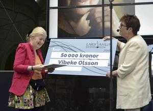 Vibeke Olsson Falk får Lars Ahlin-priset av Åsa Ulander, ordförande för kultur- och fritidsnämnden.