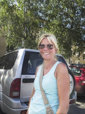 Kersti Solvang, norska   – Du betalar avgift. Jag har inte råd att parkera fel. Parkeringsböter är lite sura pengar. Du kan lika väl spola ner dem i toaletten. Och jag tror att det är dyrare att få böter i Sverige än i Norge. På gågatan här uppe kan jag köpa mycket för de pengarna. I dag ska jag köpa kläder.