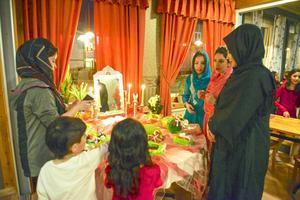 Rosin, Sidra, Chadi och Roni tittar på bordet som kallas