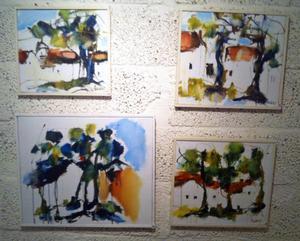 Lucy Pettersson visar måleri.