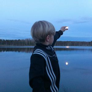 Catch the moon. Oliwer försöker låna nattens pärla en liten stund, en kväll i april.