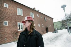 Väckte grannarna. Stig Hedlund vaknade av röster och rök. Då tog han sig snabbt ut ur sin lägenhet och började knacka på grannarnas dörrar.