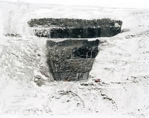 Pétur Thomsen skildrar i sina bilder hur Islands orörda natur utsatts för exploatering av multinationella intressen. (Imported Landscape, AL4_1c,  Kárahnjúkar, Iceland, 2004. Archival Inkjet print. Courtesy of the artist).