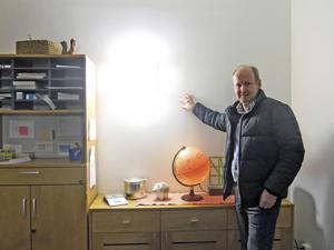 Här bakom! Stefan Öberg, marknadsområdesansvarig på Norrporten, visar platsen för monumentalmålningen