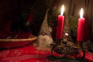 Här är årets första tomtar och juleljus tillverkade i Lit.