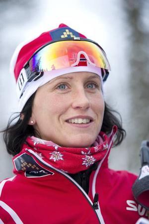 Varför så bra? Skiddrottningen Marit Björgen älskas och hyllas i miljöhistorikern Sverker Sörlins passionerade bok om den norska skidåkningskulturen.