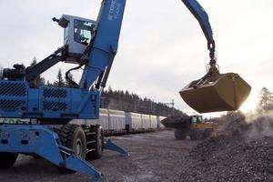 Materialhanteraren på lastplanen har försetts med en särskild skopa, införskaffad för att användas bland annat vid flislastningen i Tallåsen.