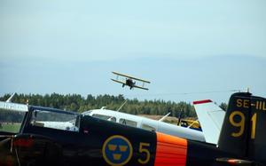 Flyguppvisning. Under helgen genomfördes flyguppvisningar. Här en dubbeldäckare-replica från andra världskriget ovanför en parkerad Saab Safir.