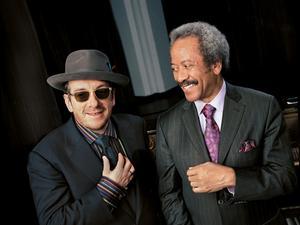 Tungviktare. Elvis Costello och Allen Toussaint har båda lämnat betydliga avtryck i musikhistorien under flera decenniers tid. Ikväll spelar de tillsammans i Dalhalla Foto:Vervemusic group